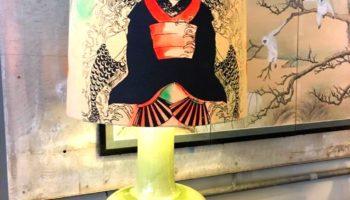 Keramikfuss, Schirm Seide, Motiv in Mischtechnik Siebdruck und handbemalen.  Verkauft