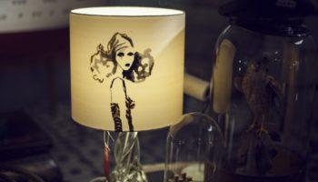 Glasfuss, Schirm Seide, Motiv in Mischtechnik Siebdruck und handbemalen.  Verkauft