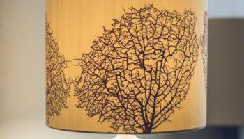 Keramikfuss, Schirm Seide. Motiv im Siebdruck aufgetragen!   Verkauft